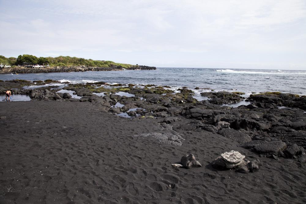 真っ黒な砂で覆われたビーチ