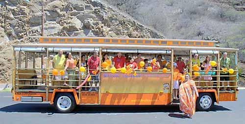 ワイキキトロリーの車体がオレンジ色に統一