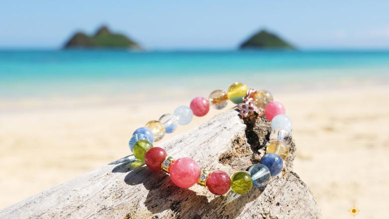 虹の見える「MALULANI HAWAII(マルラニハワイ)」本店で、 世界にたった一つ自分だけのブレスレットを作れます