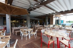 """インターナショナル・マーケット・プレイス最上階""""グランド・ラナイ""""に、ハワイアン・リージョナル・キュイジーヌの先駆者、ロイ・ヤマグチ氏がプロデュースしたレストランが2016年8月にオープンした。新鮮な地元食材をふんだんに使ったメニューには、"""