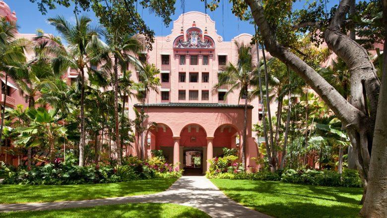 長い伝統を誇る最高級リゾートホテル「The Royal Hawaiian a Luxury Collection Resort(ロイヤル ハワイアン ラグジュアリー コレクション リゾート)」