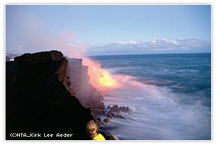 海へ流れ込む溶岩は圧巻