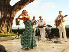 ハワイアンミュージックと一緒に食事が楽しめるワイキキのレストラン6選