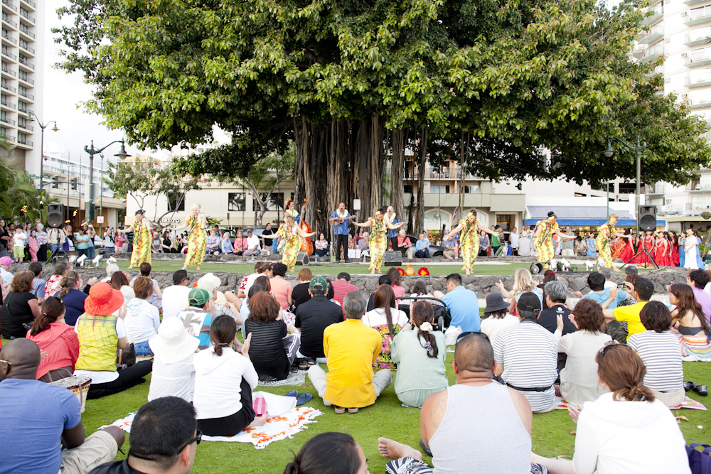 クヒオ・ビーチ・トーチ・ライティング&フラ・ショー/Kuhio Beach Torchlighting and Hula Show