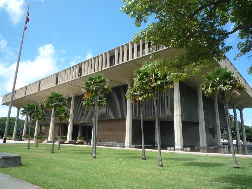 ハワイ州政府ビルとダミアン神父像/The State Capitol&Father Damian Statue