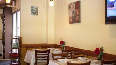観光客が少しずつ戻ってきているワイキキで営業中のレストラン