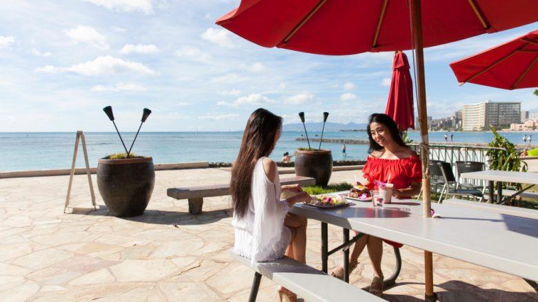 朝食からディナーまで!ワイキキからちょっと足を伸ばしたベアフット・ビーチ・カフェがおすすめ♪