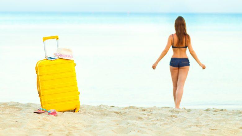 ハワイのビーチで遊ぶとき、荷物の管理はどうすればいい?