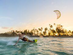ハワイの海でカイトサーフィン!風に乗って海の上を自由に駆け抜けよう
