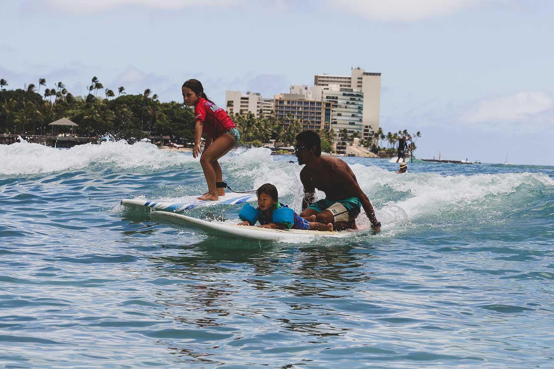 サーフィンをする家族