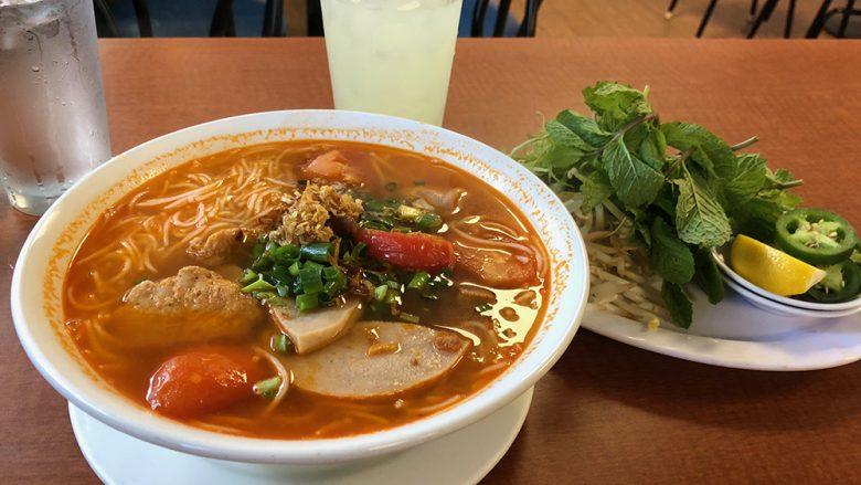 ワイアラエのフォーの店で食べるBun Bo Hoeが美味しい!
