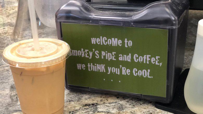 ハワイ大学の近くにあるちょっと変わったコーヒーショップ「スモーキーズ・パイプ&コーヒー」