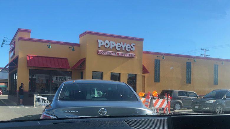 今、みんながこぞって買いに走るポパイズのチキンサンドイッチ!
