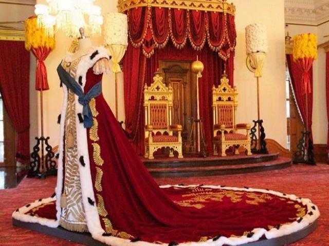 イオラニ宮殿内 カピオラニ王妃のドレス