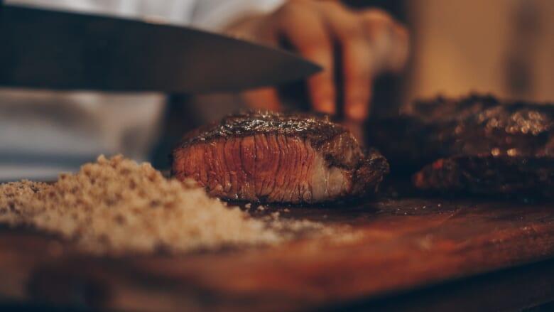 ハワイで大人気の「ハイズステーキハウス/Hy's Steak House」の味を日本でも堪能!