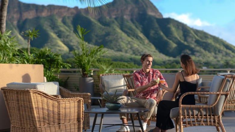 ロマンチックな至福のひと時を過ごすクイーンカピオラニホテル「デック」のバレンタインディナー