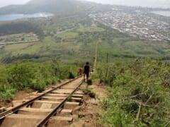 一度は挑戦してみたい!頂上までまっすぐ続く階段を上る「ココクレーターレイルウェイトレイル/Koko Crater Railway Trail」