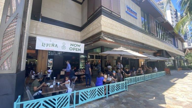 インターナショナルマーケットプレイス、クヒオアベニュー・フードホールにバンザイバーガーとラ・ピナ・カンティーナの2店がオープン!
