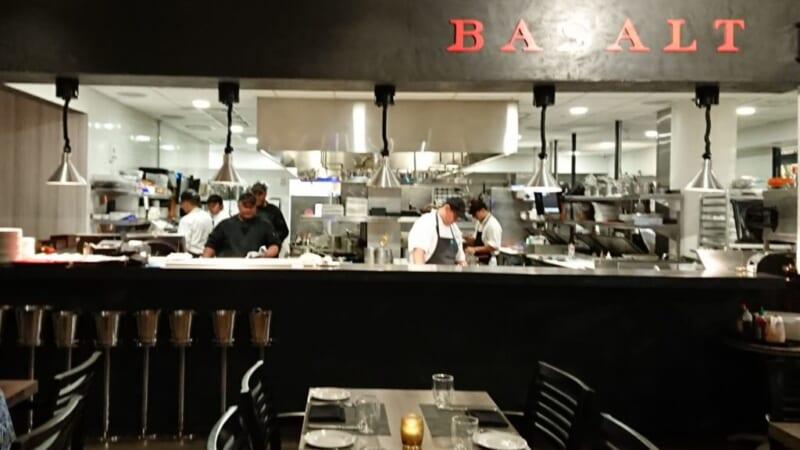 真っ黒なパンが出てくるワイキキのディナー「BASALT/バサルト」